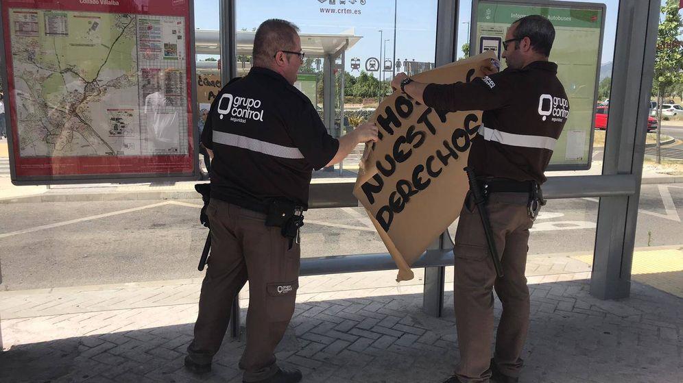 Foto: Trabajadores de seguridad del Hosptial General de Villalba quitan carteles de protesta del personal sanitario