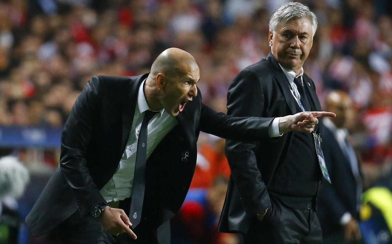 Foto: Zidane y Ancelotti, durante un partido del Real Madrid de la temporada pasada (REUTERS)