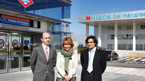 Foto: Aguirre, con los consejeros Lamela y Güemes, en la inauguración del Hospital del Henares.