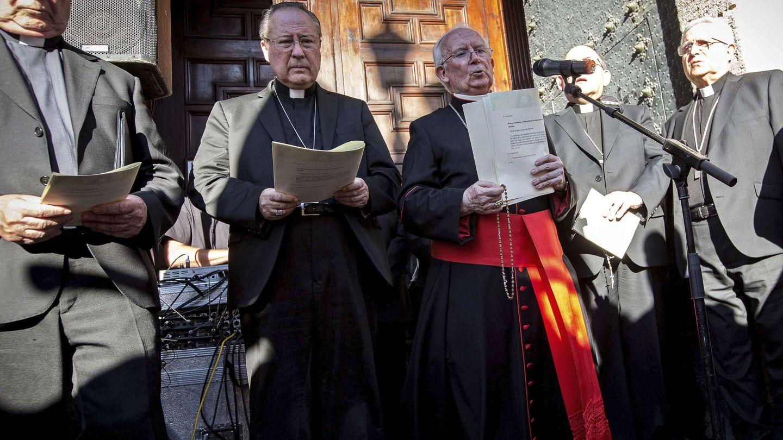 El cardenal arzobispo de Valencia, Antonio Cañizares (centro), en el acto de desagravio a la Virgen de los Desamparados que el jueves convocó a 4.000 personas en Valencia. (EFE)