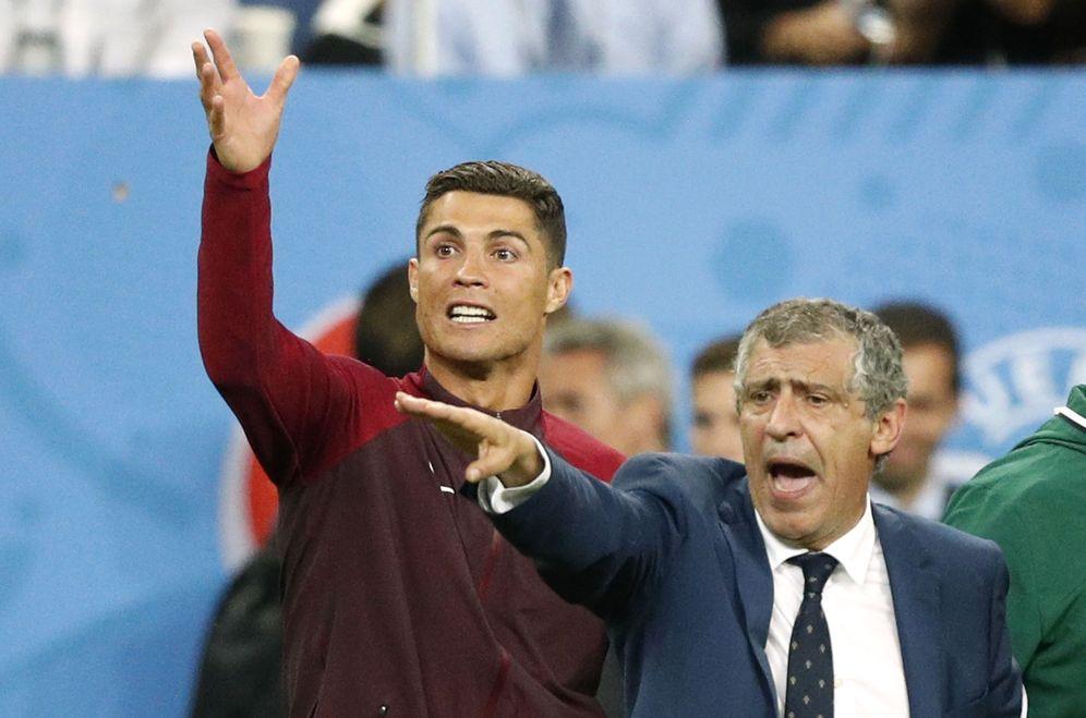 Foto: Cristiano, junto al seleccionador de Portugal, durante la final de la Eurocopa (Reuters)