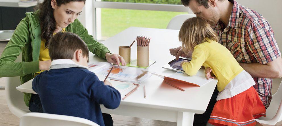 Foto: Muchas veces, los deberes no ponen a trabajar sólo a los más pequeños, sino también a los adultos. (Corbis)