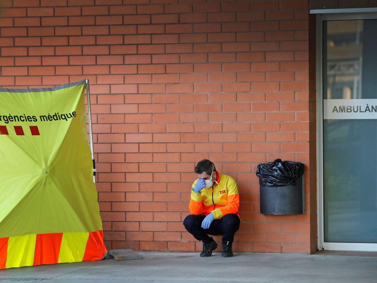Foto: Un sanitario, durante el estado de alarma por la pandemia del covid-19. (EFE)