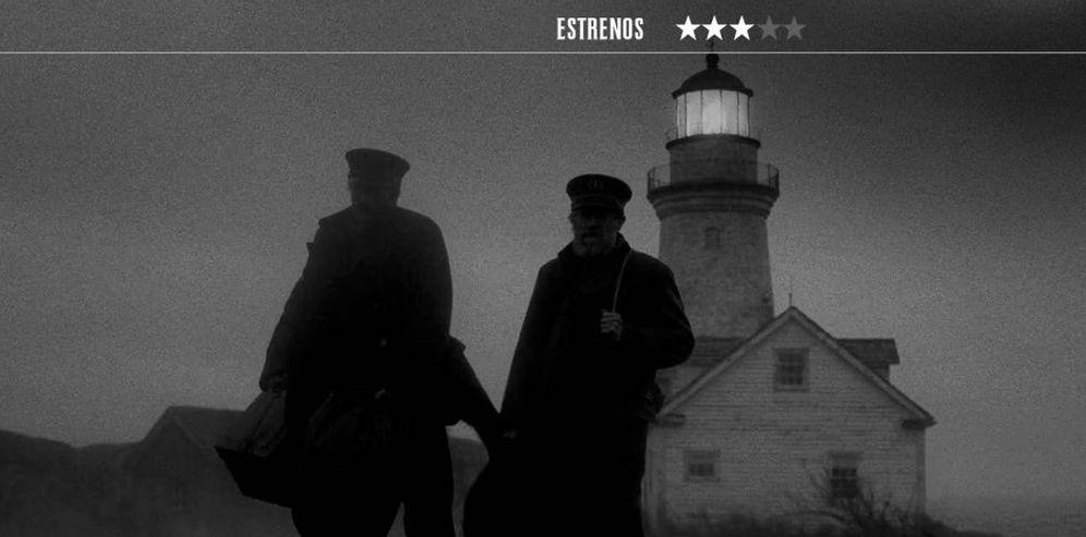 Foto: Willem Dafoe y Robert Pattinson echan un pulso interpretativo en 'El faro'. (Universal)