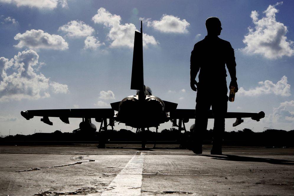 Foto: Un soldado británico ante un Typhoon de la Fuerza Aérea, en una base en Chipre. (Reuters)