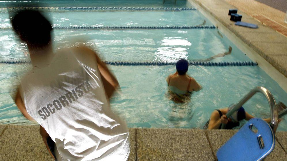 Foto: Un socorrista en un piscina de Madrid. (EFE)