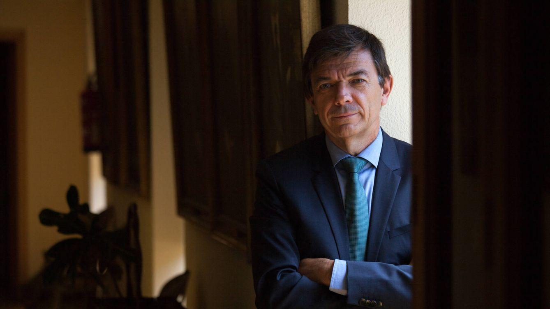 Foto: El rector de la Universidad Complutense de Madrid, Carlos Andradas, durante una entrevista con El Confidencial en su despacho. (Enrique Villarino)