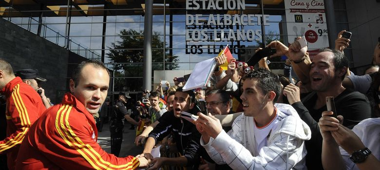 Foto: Andrés Iniesta saluda a los aficionados a su llegada a la estación de  Albacete,