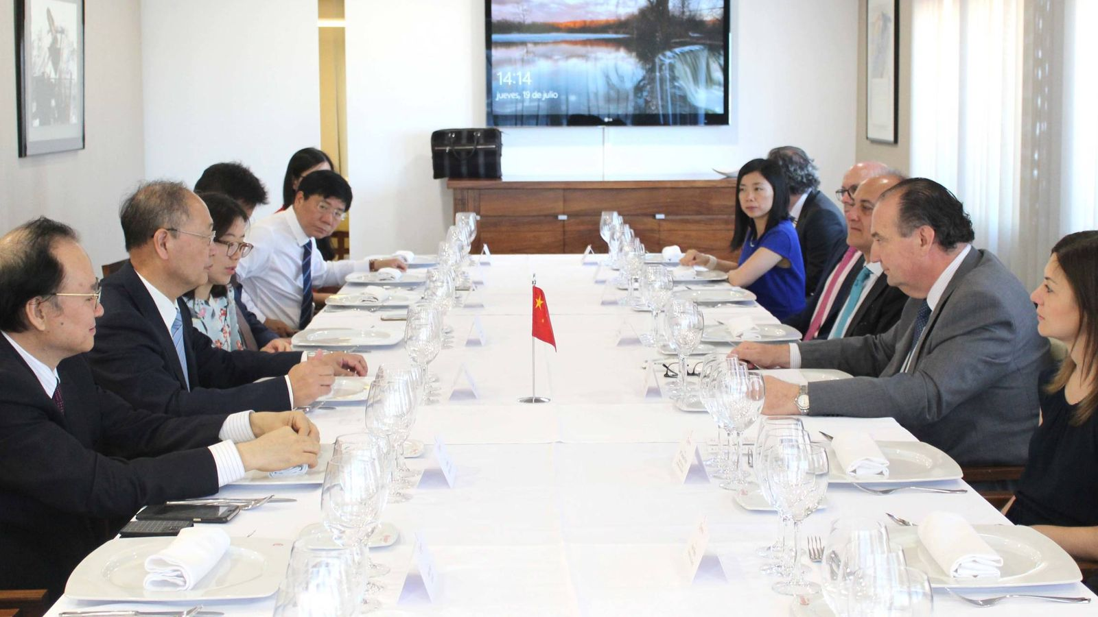 Foto: Los responsables de CASIC y Volinco, con los representantes de la Cámara de Comercio de Valencia y de la Generalitat.