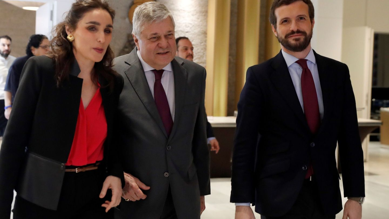 Leopoldo López Gil, con Paloma Segrelles y Pablo Casado. (EFE)