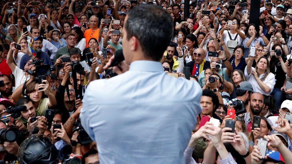 Foto: Juan Guaidó de espaldas en una manifestación.(Reuters)