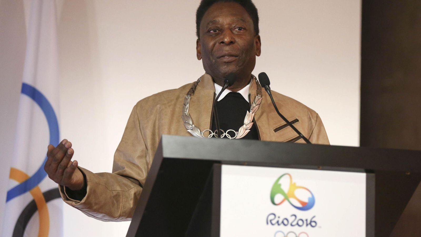 Foto: En la imagen, Pelé recibe una condecoración olímpica. (EFE=