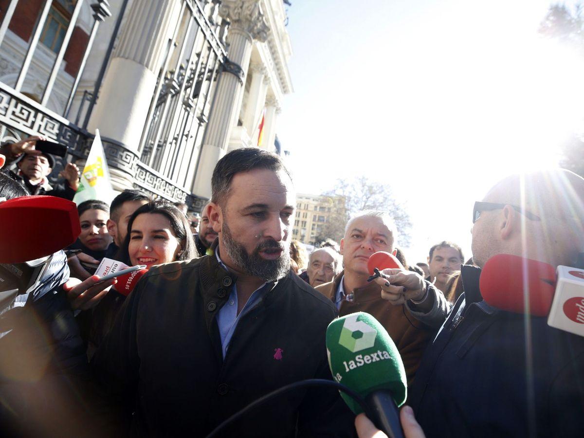 Foto: El líder de Vox, Santiago Abascal (c), atiende a la prensa a su llegada a la concentración que los agricultores y ganaderos mantienen ante el Ministerio de Agricultura. (EFE)