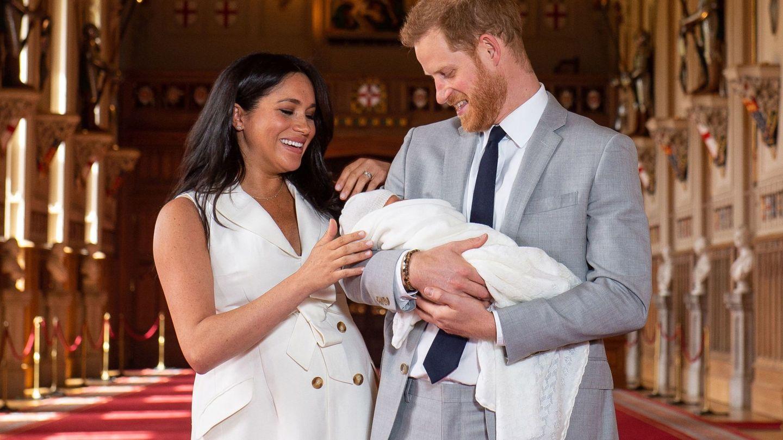 Meghan y Harry posan junto a su recién nacido. (Reuters)