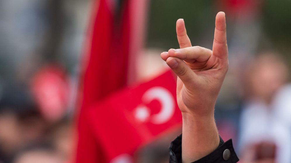 Foto: El saludo del lobo, símbolo de los ultranacionalistas turcos. (EFE)