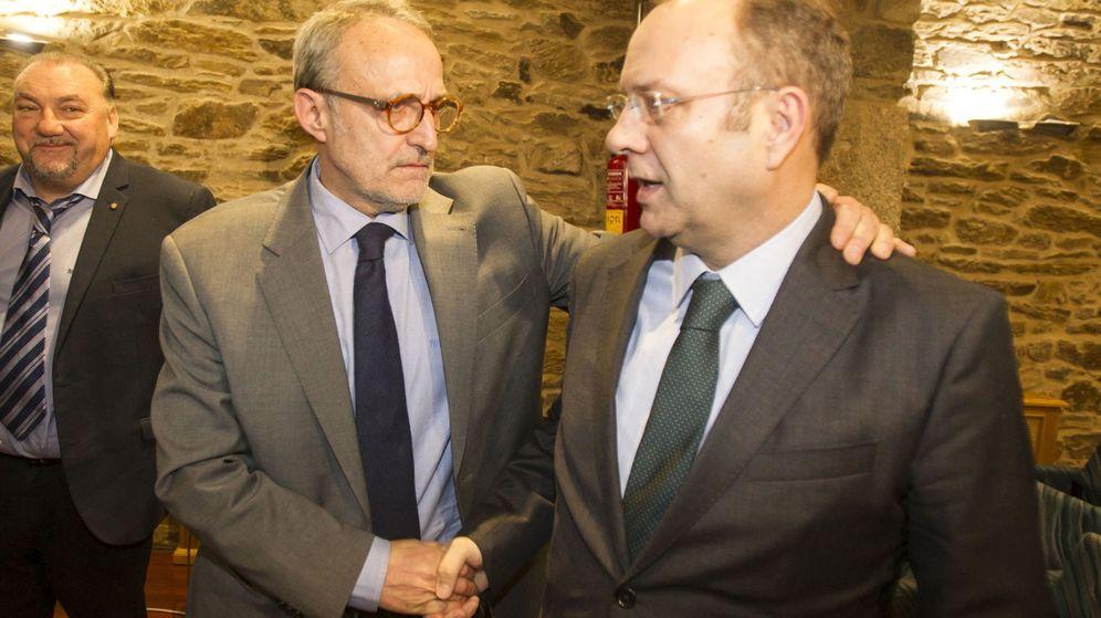 Foto: Dieter Moure (i), tras ser escogido presidente de la Confederación de Empresarios de Galicia. (EFE)