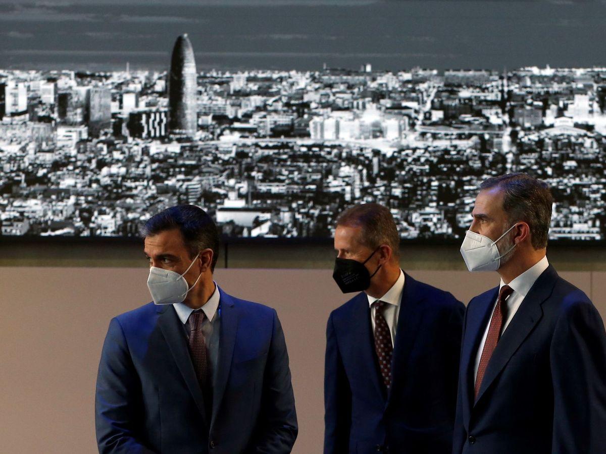 Foto: El rey Felipe y Pedro Sánchez visitan la fábrica de SEAT en Martorell. (EFE)