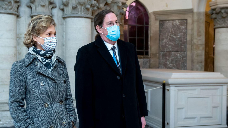 Delphine y James O´Hare, este miércoles en la cripta real de Laeken. (Reuters)