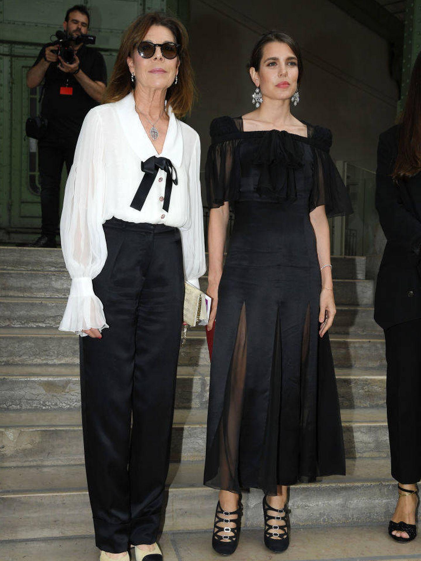 Carolina y Carlota, durante el homenaje a Karl Lagerfeld en París. (Getty)