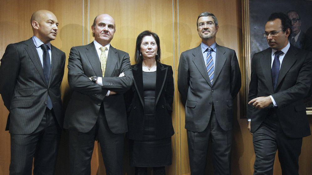 Foto: El ministro de Economía y Competitividad, Luis de Guindos (2i), junto con Rosa María Sánchez-Yebra y el hasta ahora subsecretario de Economía y Competitividad, Miguel Temboury (d). (EFE)