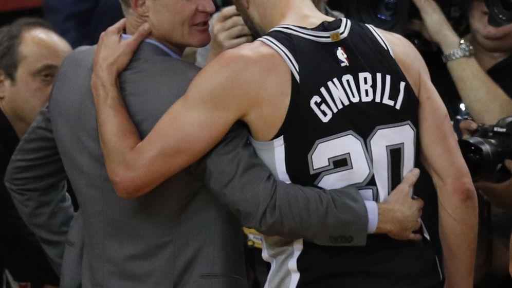 Foto: El entrenador de los Warriors abraza a Ginóbili tras el partido (EFE)