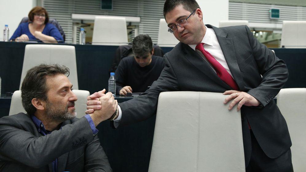 Foto: El concejal de Economía y Hacienda, Carlos Sánchez Mato, saluda en un pleno al tercer teniente de alcalde Mauricio Valiente. (EFE)