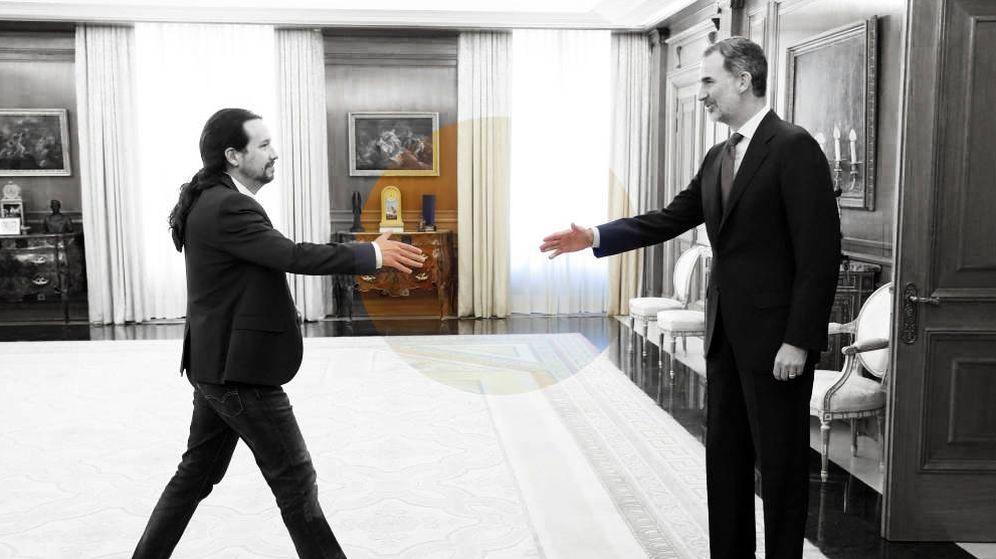 Foto: El rey Felipe VI saluda al líder de Podemos. (EFE)
