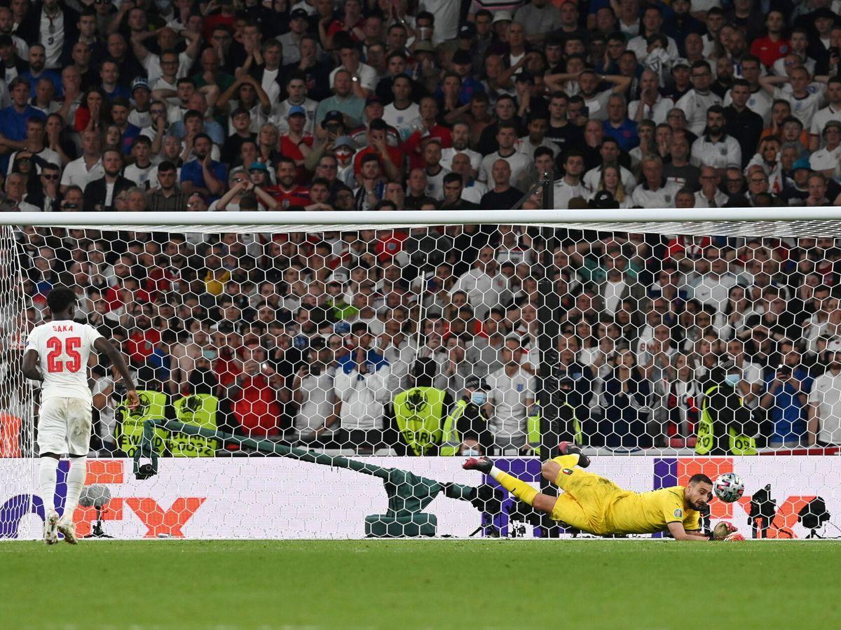 Foto: Donnarumma ataja el penalti a Saka. (Reuters)