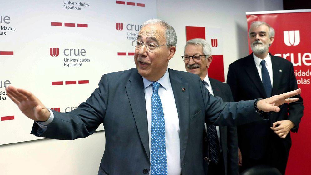Foto: El presidente de la Conferencia de Rectores (CRUE), Roberto Fernández (i), el pasado abril. (EFE)