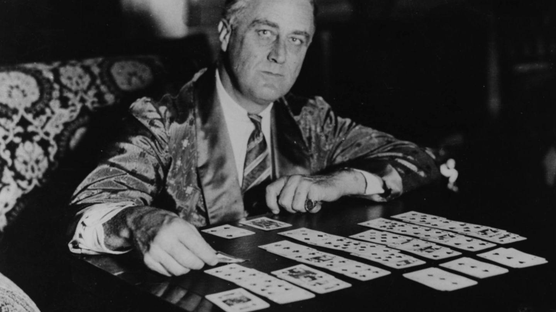 Franklin D. Roosevelt, jugando al solitario. (Getty)