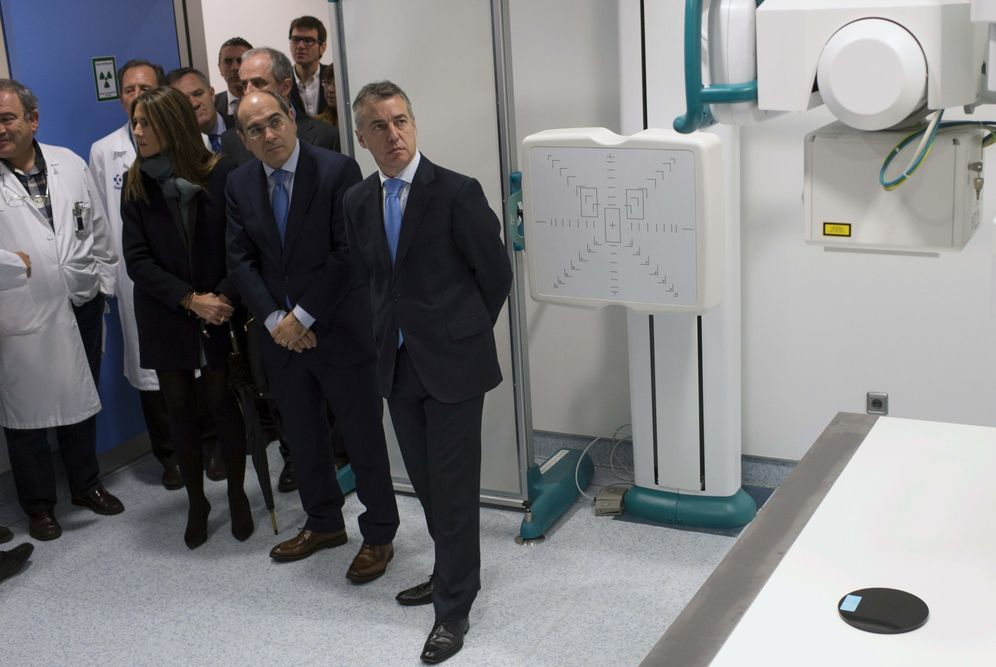 Foto: El consejero de Sanidad, Jon Darpón, y el lehendakari Iñigo Urkullu en una visita a las instalaciones del Hospital Universitario de Álava. (EFE)