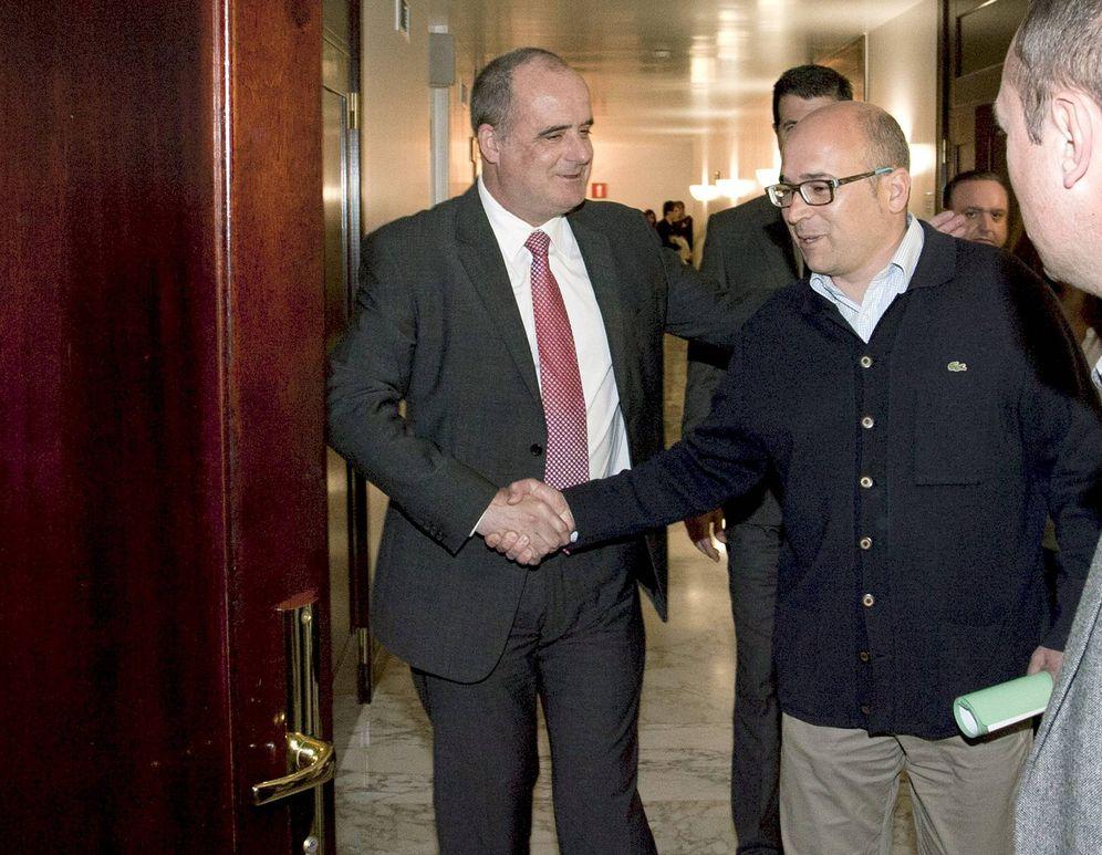 Foto: Egibar saluda a Alfredo de Miguel en 2011 durante su comparecencia en el Parlamento vasco tras ser imputado por corrupción. (EFE)