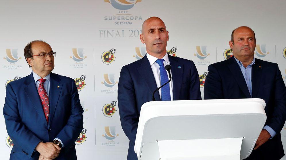 Foto: Luis Rubiales, con el presidente del Sevilla, Pepe Castro. (EFE)