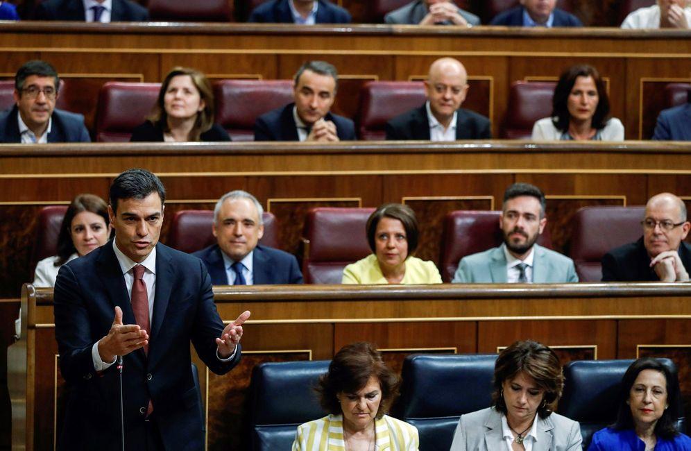 Foto: Pedro Sánchez, durante su primera sesión de control en el Congreso, este 20 de junio. (EFE)