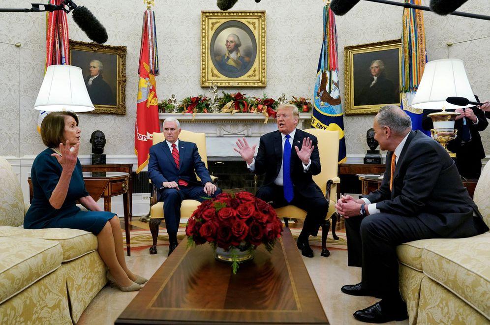 Foto: Nancy Pelosi habla con el vicepresidente Mike Pence y el presidente Trump en el Despacho Oval. (Reuters)