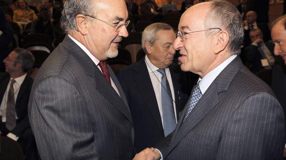 Foto: El ex vicepresidente económico del Gobierno Pedro Solbes, junto al exgobernador del Banco de España Miguel Ángel Fernández Ordóñez. (EFE)