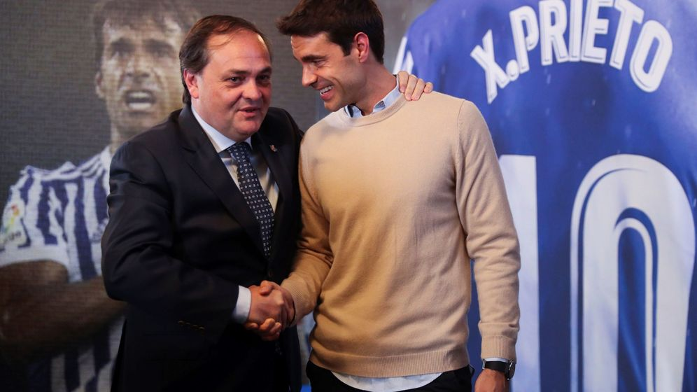 Foto: Xabi Prieto, junto al presidente de la Real Sociedad, Jokin Aperribay, tras el anuncio de su retirada. (EFE)