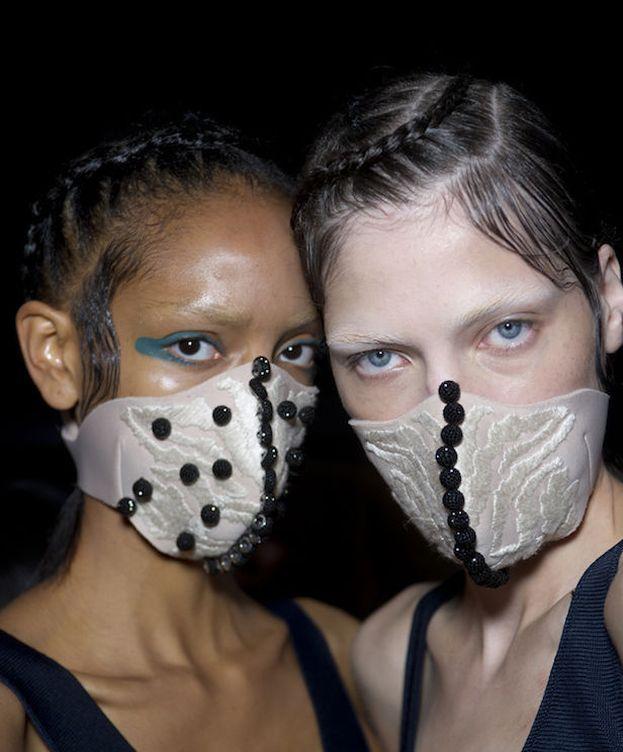 Foto: Aprende a cuidar tu piel para no tener que ponerte estas mascarillas (por muy estilosas que sean)