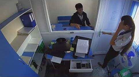 Un ladrón arremete de forma violenta contra una secretaria para robarle