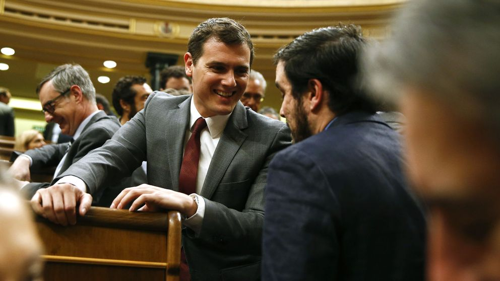 Garzón se reúne con Sánchez y apoya un programa al que no se oponga C's