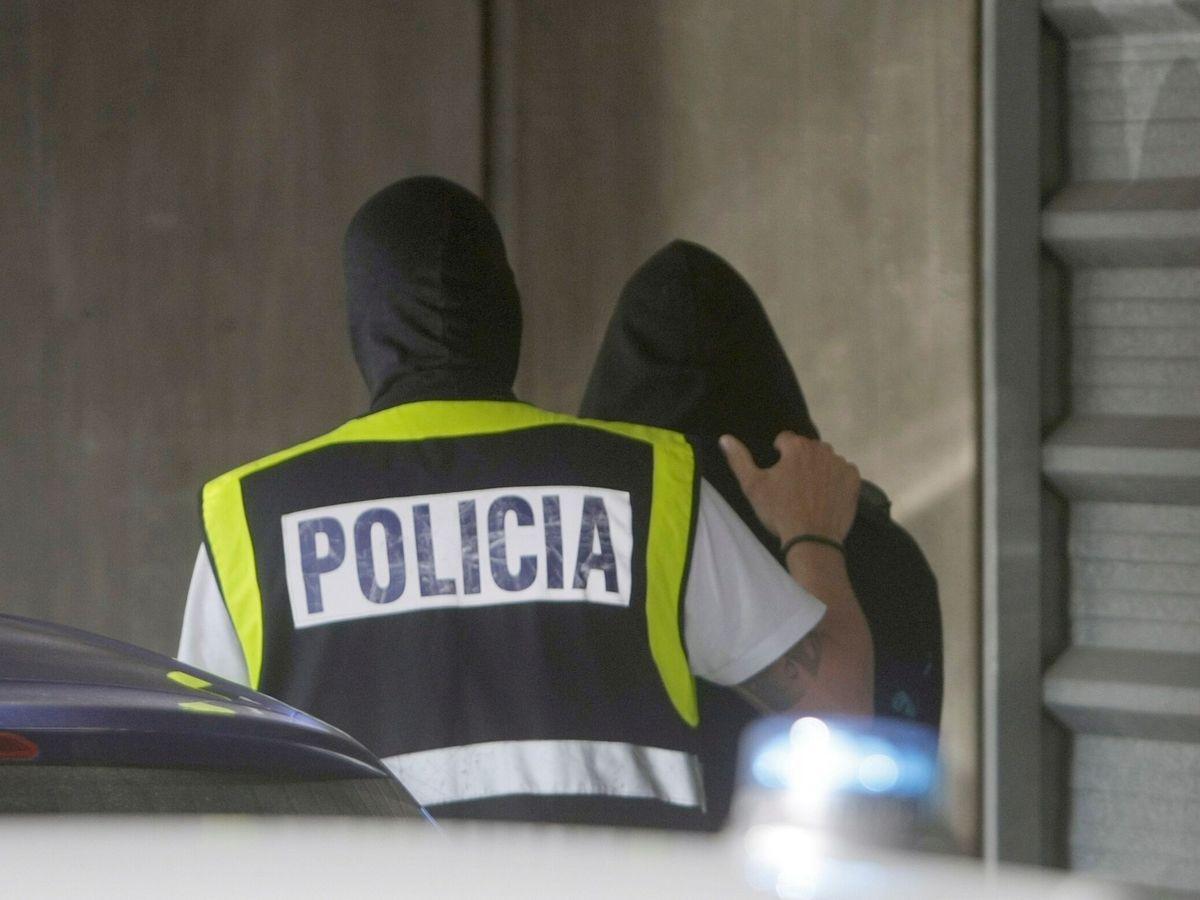 Foto: Uno de los detenidos accede al interior de los juzgados. (EFE)
