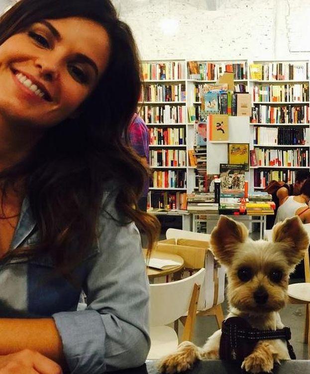 Foto: Marta y Rufus en la libreria de Madrid Tipos Infames (Instagram)