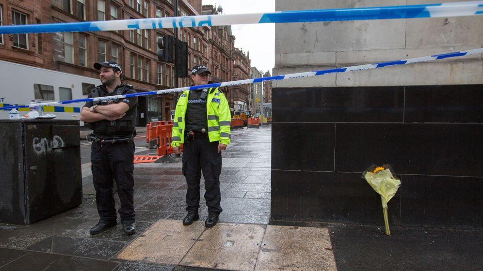 Foto: Policías en las calles de Glasgow tras los apuñalamientos del viernes. (EFE)