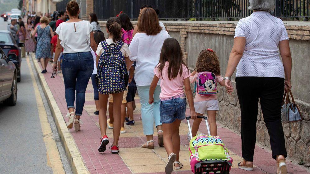 Foto: Alumnos de primaria en su primer día de clase en el colegio Begastri de Cehegín, (Murcia). (EFE)