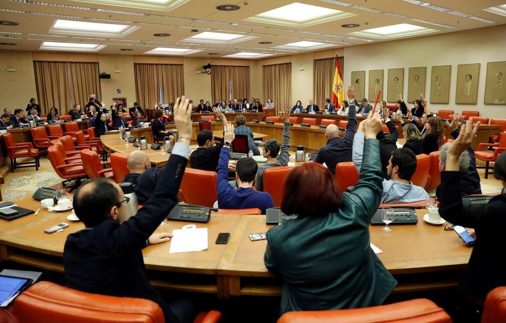 Foto: Un momento de la votación de la Diputación Permanente del Congreso, este 3 de abril. (EFE)