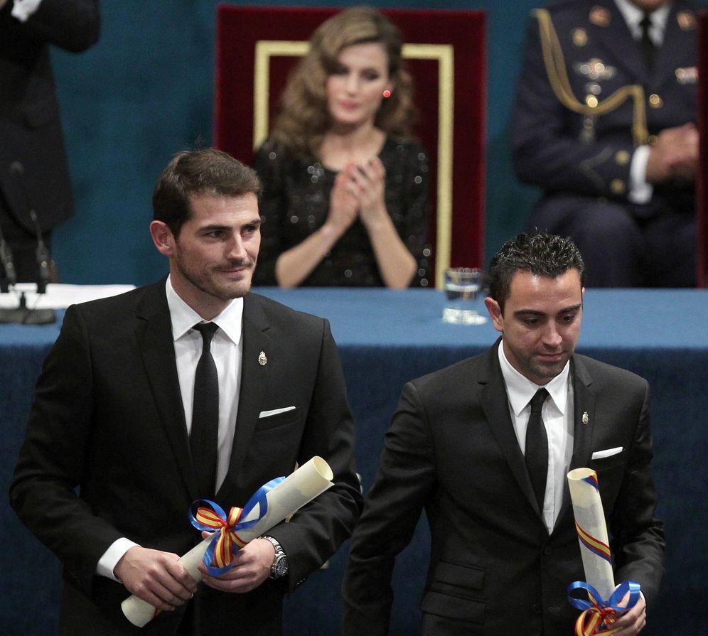 Foto: Iker Casillas y Xavi Hernández, tras recibir el premio Príncipe de Asturias de los Deportes 2012 (EFE)