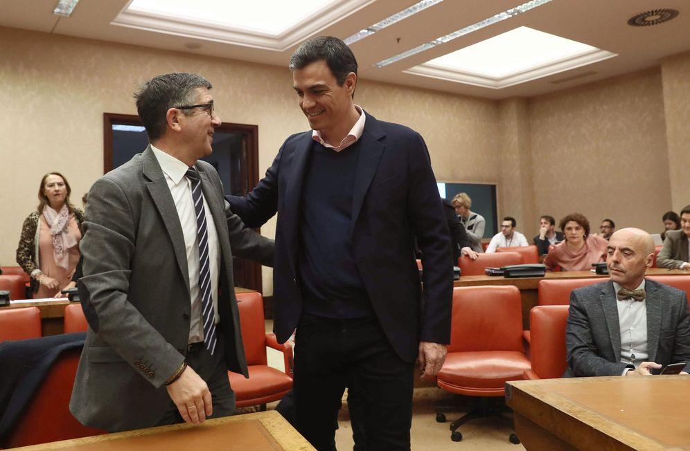 Foto: Pedro Sánchez saluda a Patxi López a su llegada a la reunión del Grupo Socialista, el pasado 13 de marzo en el Congreso. (EFE)