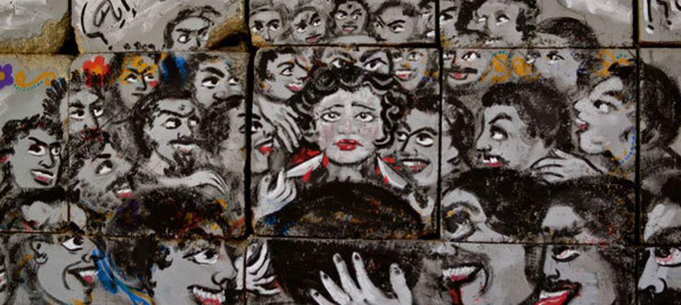 Foto: 'El círculo del infierno', un mural sobre el acoso pintado en la calle Mohamed Mahmoud, en El Cairo.