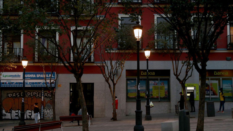 Gente paseando en Madrid con distancia de seguridad. (EFE)