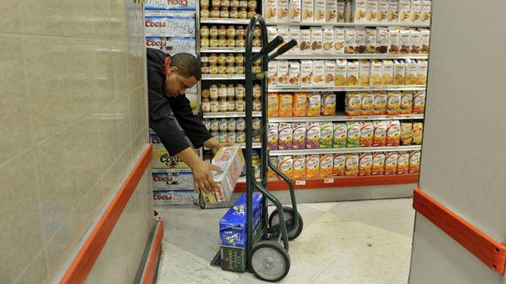 Foto: Un reponedor carga comida en un supermercado. (EFE)